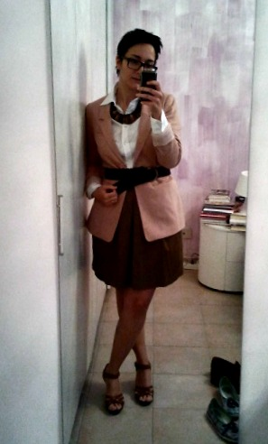 Blazer, H&M / Collana, dalla Namibia / Cinta, Zara / Gonna, Zara / Sandali, H&M
